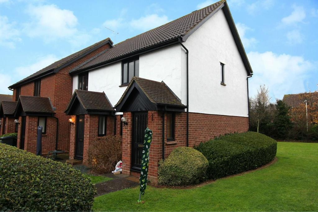 2 Bedrooms Maisonette Flat for sale in Gilson Close, Chelmsford, Essex, CM2