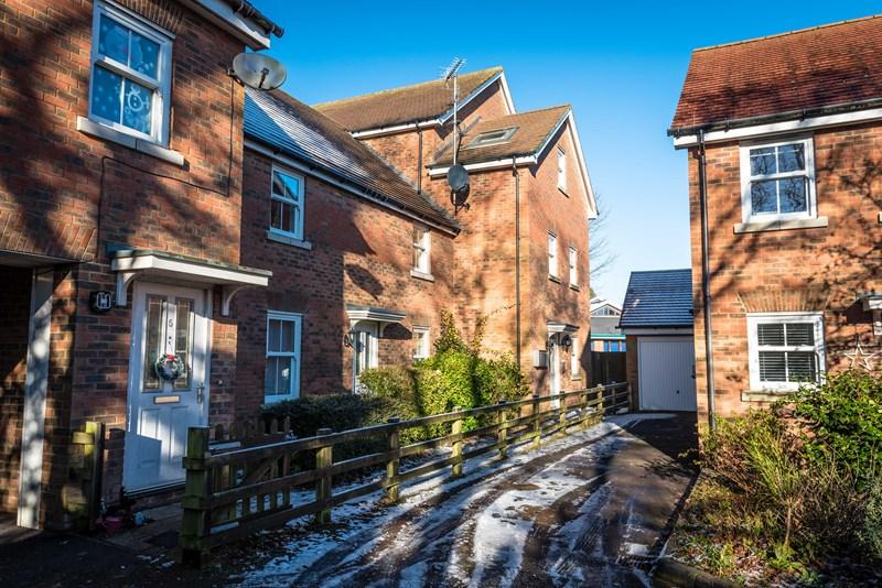 2 Bedrooms Apartment Flat for sale in Martins Gardens, Crowborough