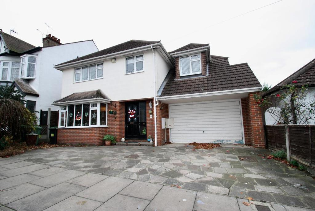 4 Bedrooms Detached House for sale in Woodfield Park Drive, Leigh-On-Sea
