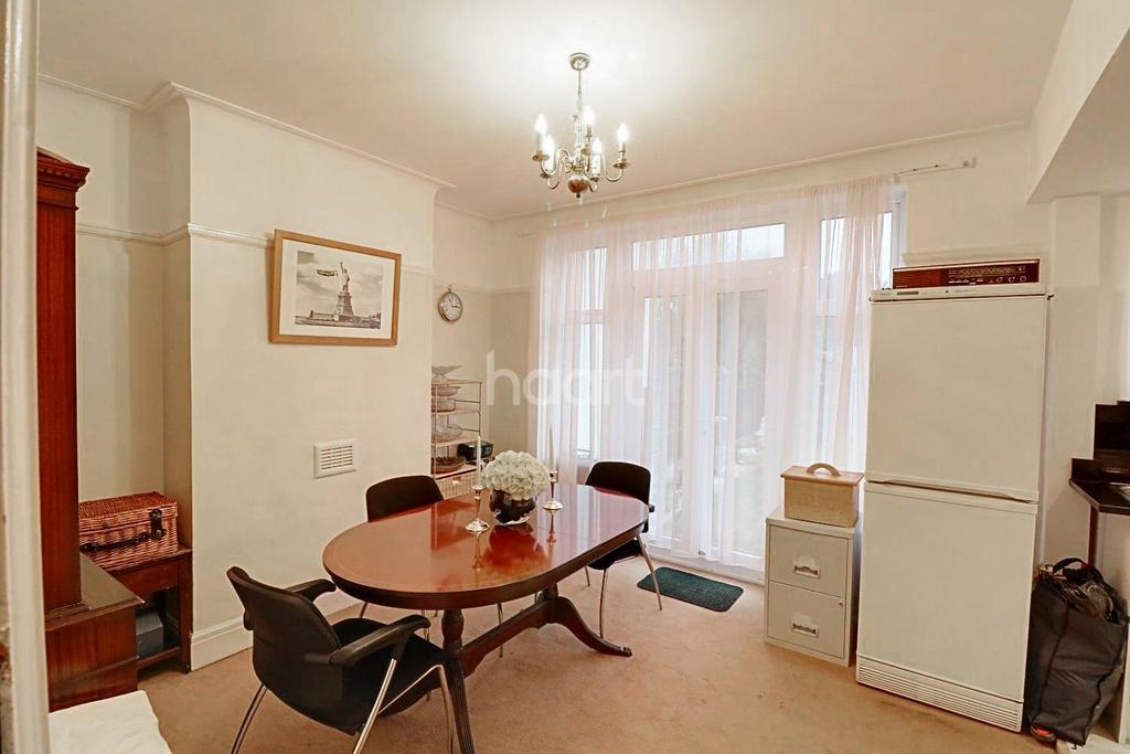 3 Bedrooms Semi Detached House for sale in Hobleythick Lane, Westcliff on Sea