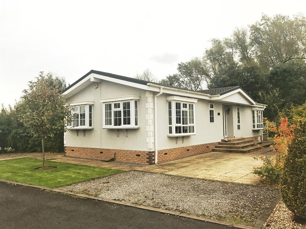 2 Bedrooms Detached Bungalow for sale in Oak Court, Heathcote Park, Warwick