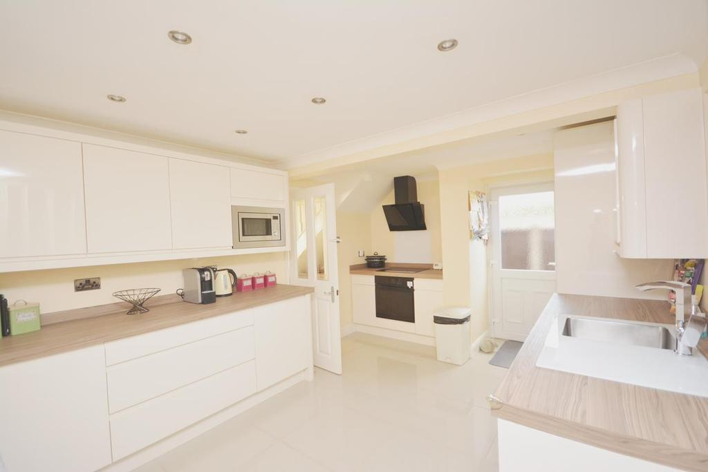 3 Bedrooms Semi Detached House for sale in Bedells Avenue, Black Notley, Braintree, Essex, CM77
