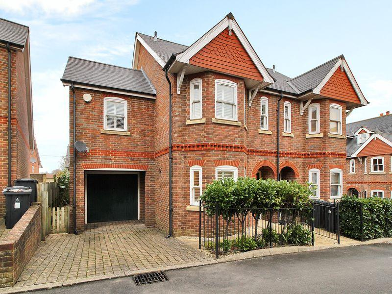 3 Bedrooms Semi Detached House for sale in Tyhurst Place, Uckfield, East Sussex