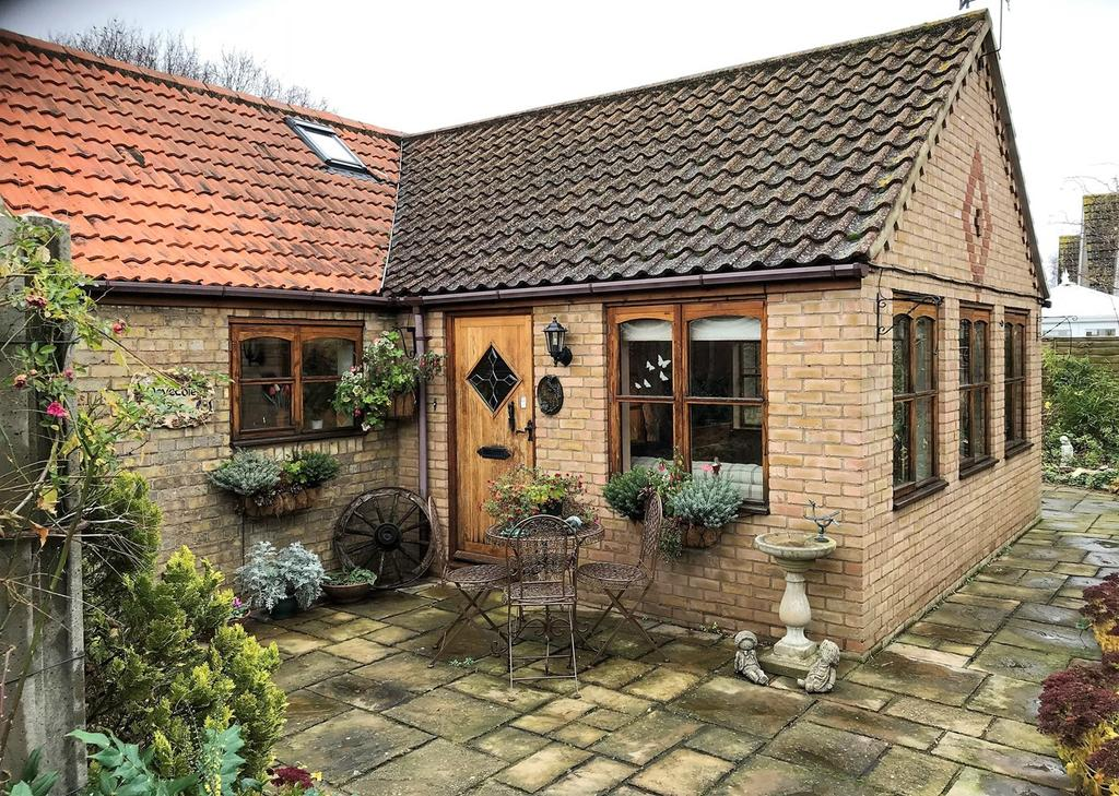 2 Bedrooms Barn Conversion Character Property for sale in St Pegas Road, Peakirk, Peterborough, PE6