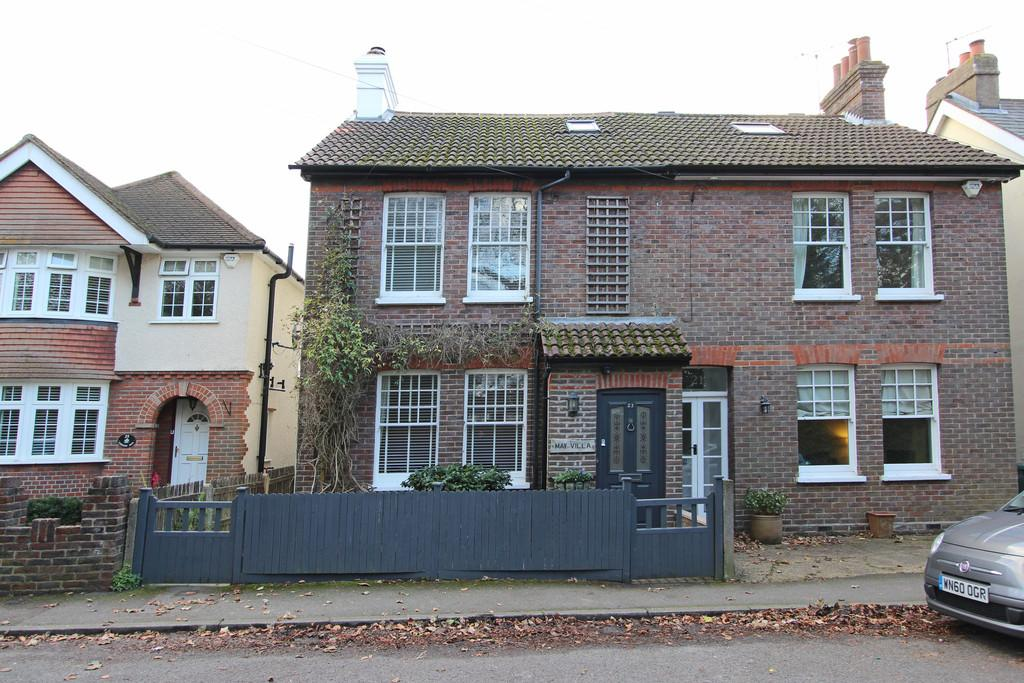 3 Bedrooms Semi Detached House for sale in Shrubland Road, Banstead