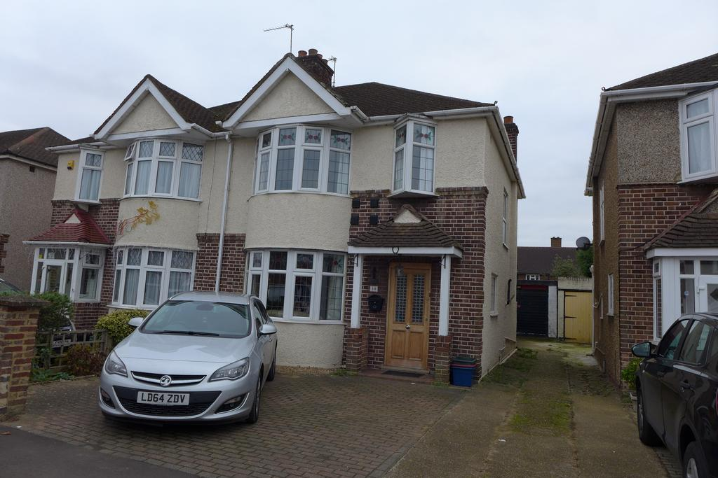 3 Bedrooms Semi Detached House for sale in Carlton Avenue, Feltham