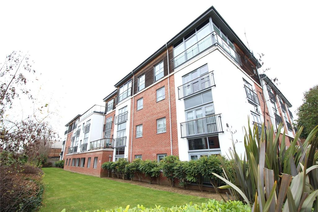 2 Bedrooms Apartment Flat for sale in Calder Court, Riverside Close, Romford, RM1