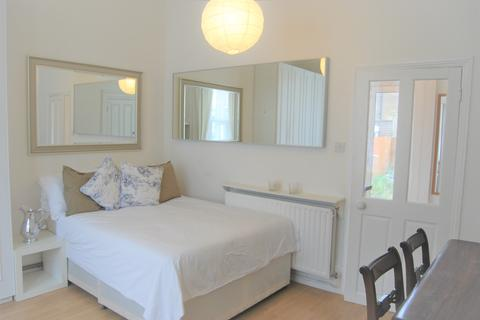 Studio to rent - Alfred Road, Acton, London W3