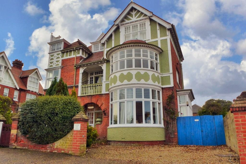 2 Bedrooms Ground Flat for sale in Cromer