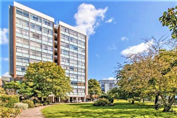 2 Bedrooms Apartment Flat for sale in Wellington Close, WALTON ON THAMES KT12