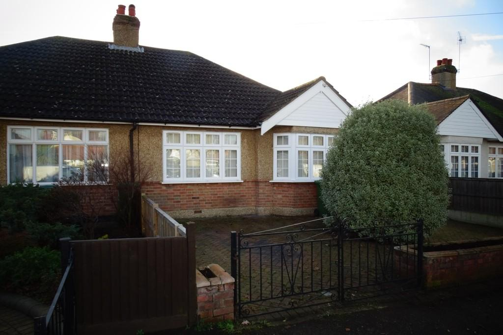 3 Bedrooms Semi Detached Bungalow for sale in Arlington Road, Ashford, TW15