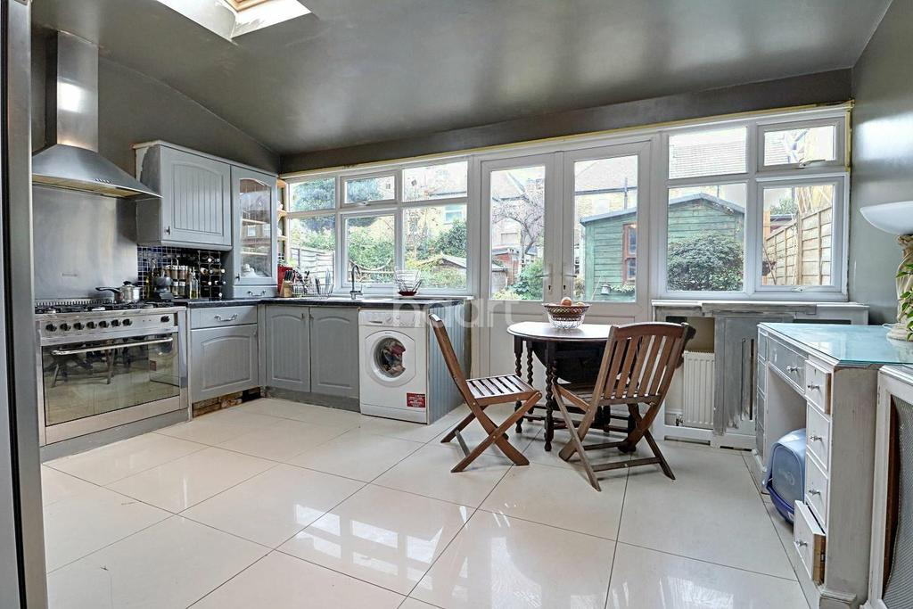 3 Bedrooms Terraced House for sale in Montpelier Gardens, East Ham