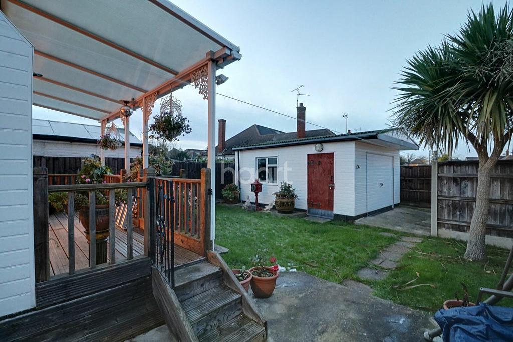 2 Bedrooms Bungalow for sale in Langport Drive, Westcliff on Sea