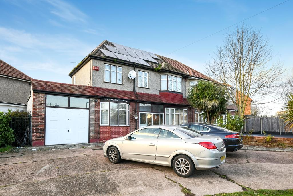 5 Bedrooms Semi Detached House for sale in Restons Crescent London SE9