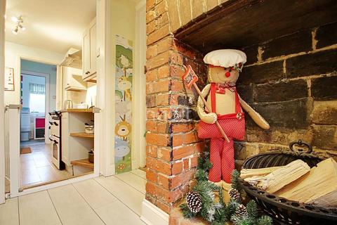 3 bedroom cottage for sale - High Street, Canewdon