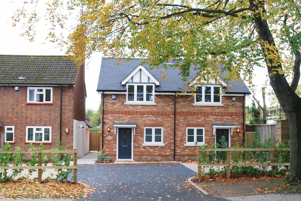 2 Bedrooms Semi Detached House for sale in Beaconsfield
