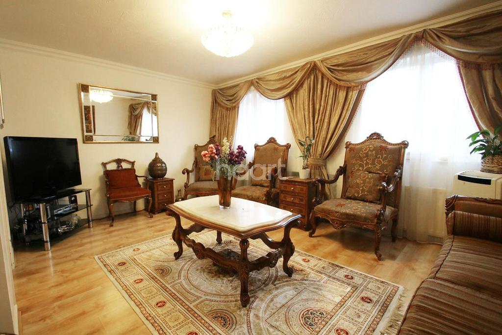 4 Bedrooms Semi Detached House for sale in Stags Way, Isleworth