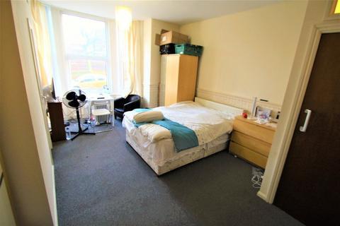 Studio to rent - Hyde Park Road, Hyde Park, Leeds, LS6 1AH
