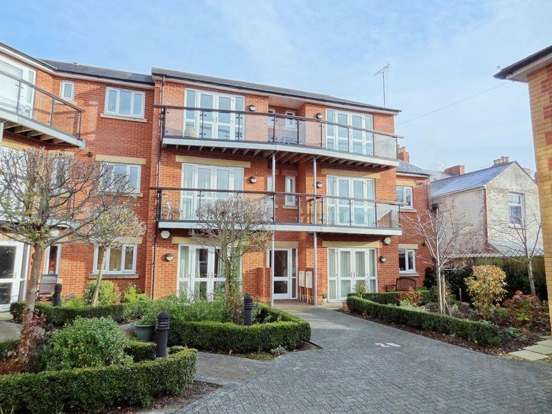 2 Bedrooms Apartment Flat for sale in Thomas More Court, Priory Avenue, Taunton
