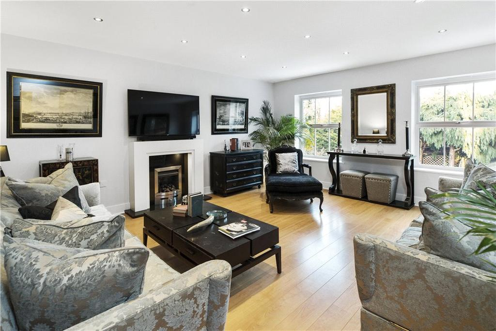 4 Bedrooms Semi Detached House for sale in Castle Mews, Weybridge, Surrey, KT13