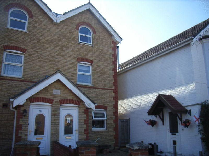 4 Bedrooms Semi Detached House for sale in East Cowes PO32 6SH