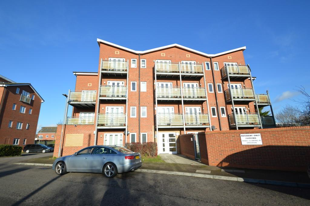 2 Bedrooms Ground Flat for sale in Roberts Place, Dagenham