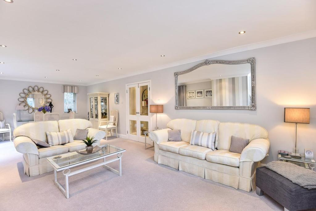2 Bedrooms Flat for sale in Holmbury Park, Bickley
