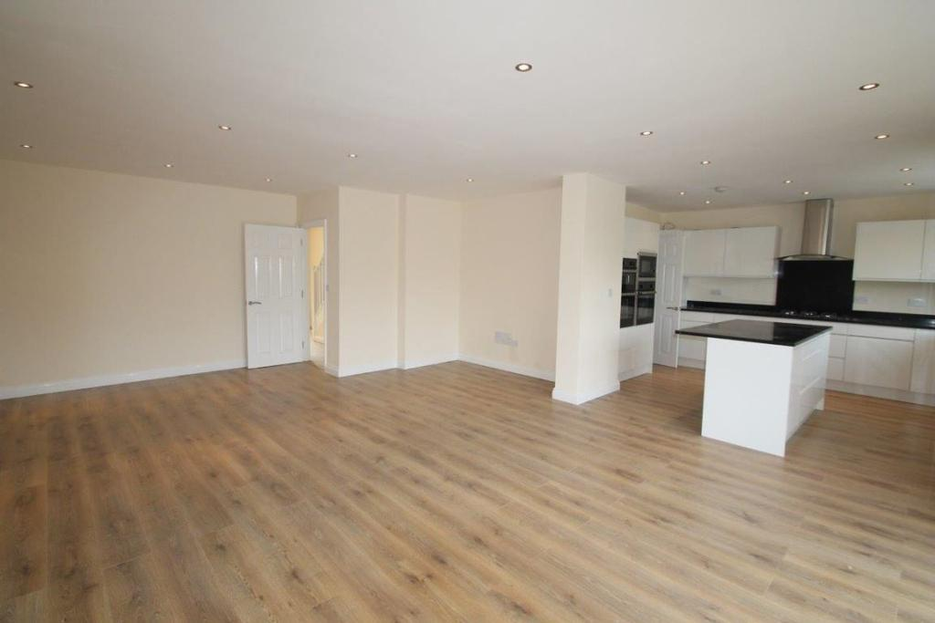 5 Bedrooms Semi Detached House for rent in Chesterfield Road N3