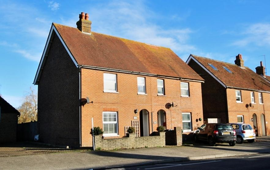 3 Bedrooms Semi Detached House for sale in Lower Dicker, Hailsham BN27