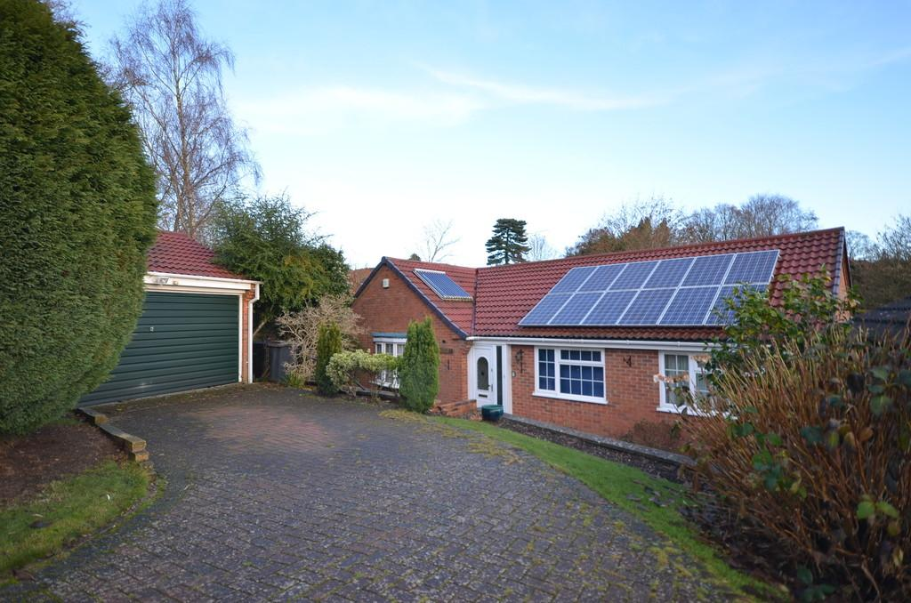 3 Bedrooms Detached Bungalow for sale in Windermere Way, Farnham
