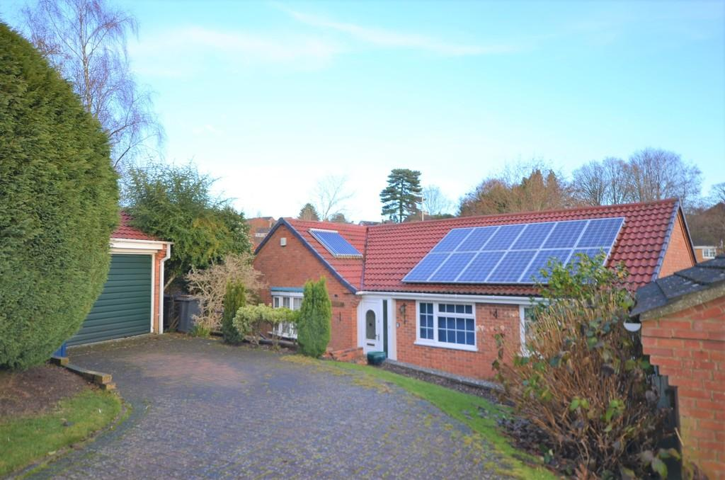 3 Bedrooms Detached Bungalow for sale in Windermere Way, Farnham