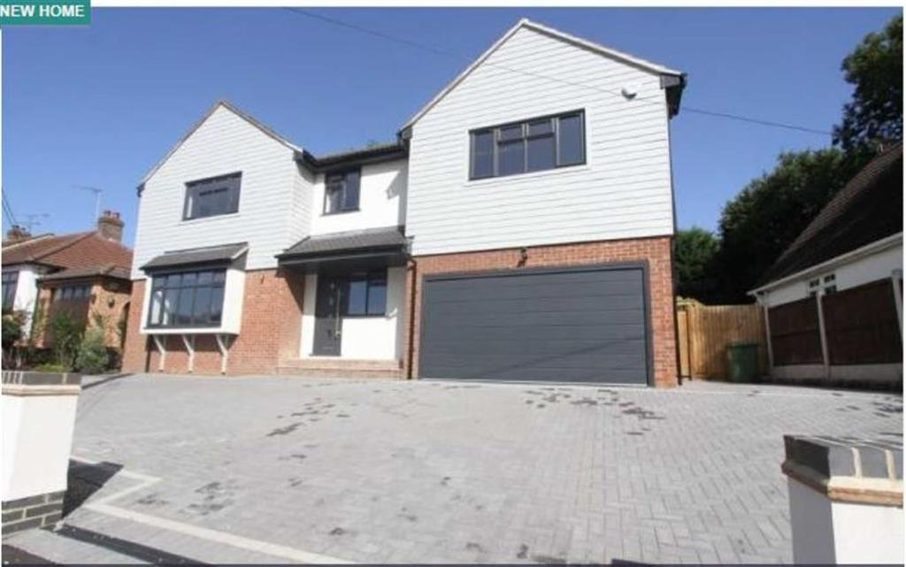 5 Bedrooms Detached House for sale in Crown Road, Billericay