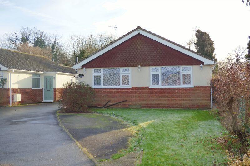 2 Bedrooms Bungalow for sale in Effingham