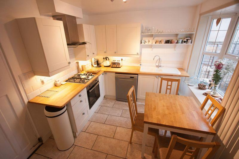 2 Bedrooms Semi Detached House for sale in Church Street, Henfield