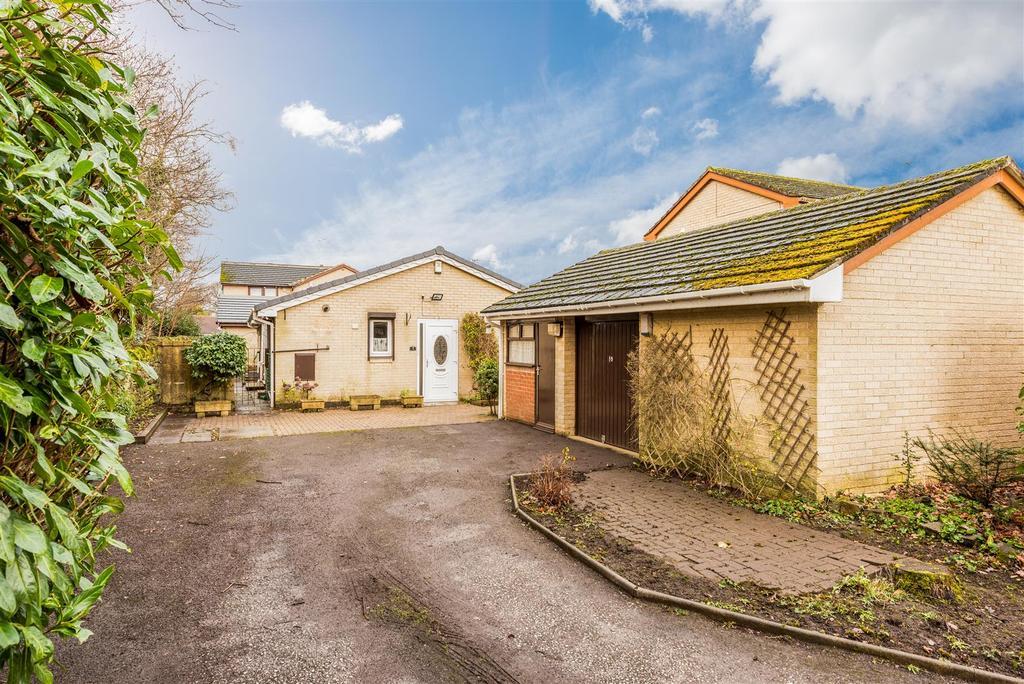 3 Bedrooms Detached Bungalow for sale in Shepcote Close, Leeds