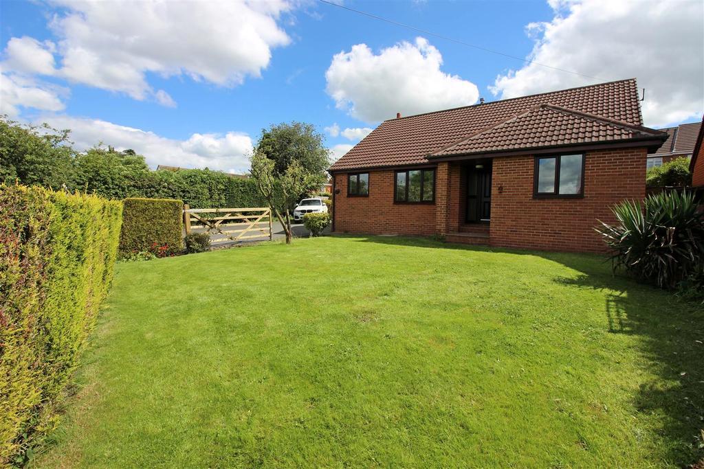 3 Bedrooms Detached Bungalow for sale in Whitley Way, Grange Moor, Wakefield, WF4 4EP