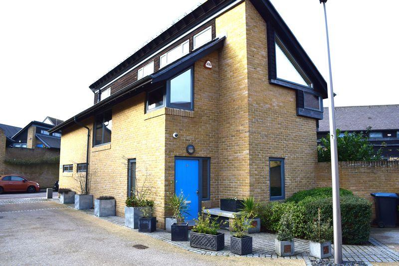 4 Bedrooms Detached House for sale in Petal Lane, Newhall, Harlow