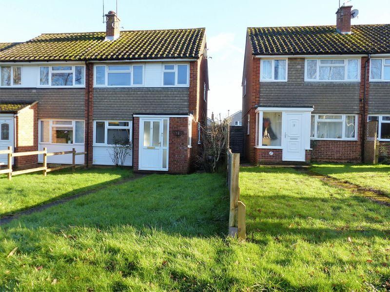 3 Bedrooms Semi Detached House for rent in Gingers Close, Cranleigh