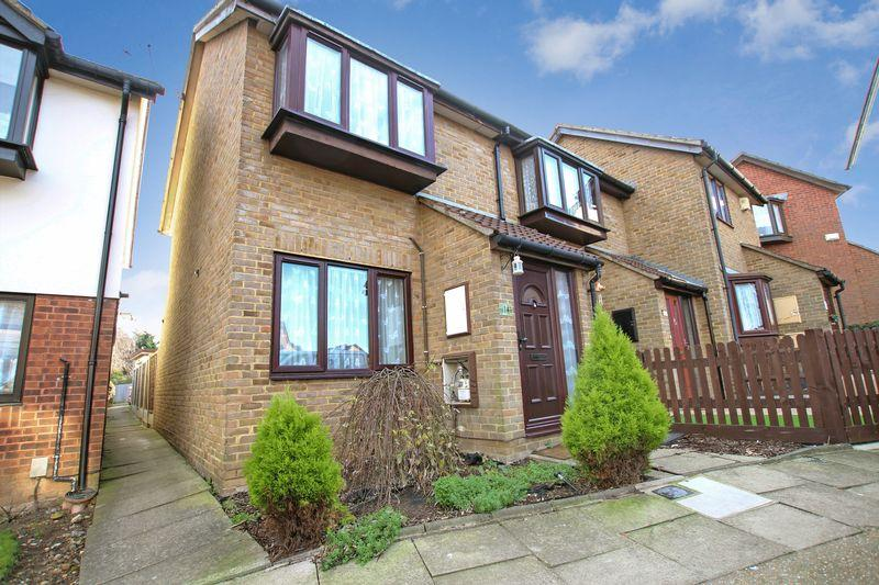 2 Bedrooms Terraced House for sale in Shearwood Crescent, Crayford