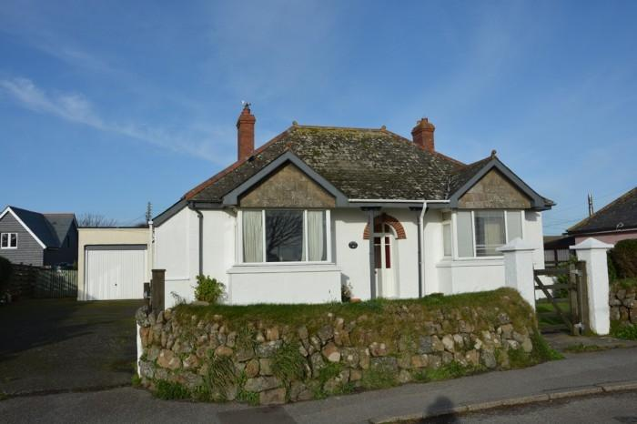3 Bedrooms Bungalow for sale in PENTIRE, BEACON TERRACE, THE LIZARD, TR12
