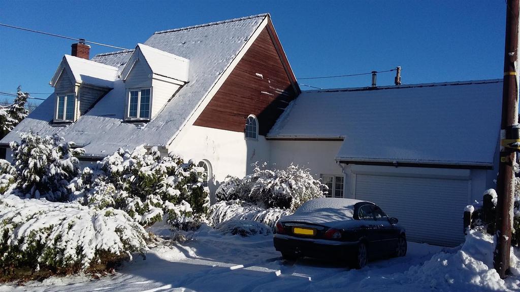 3 Bedrooms Detached House for sale in Pentregat