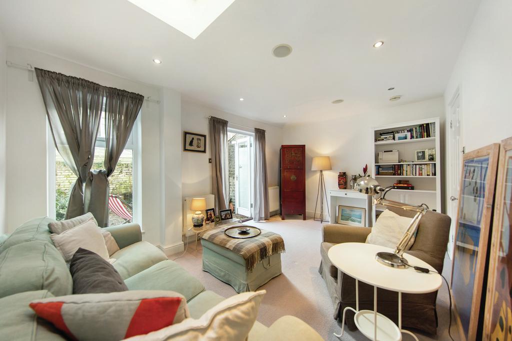 2 Bedrooms Flat for sale in Nansen Road, SW11