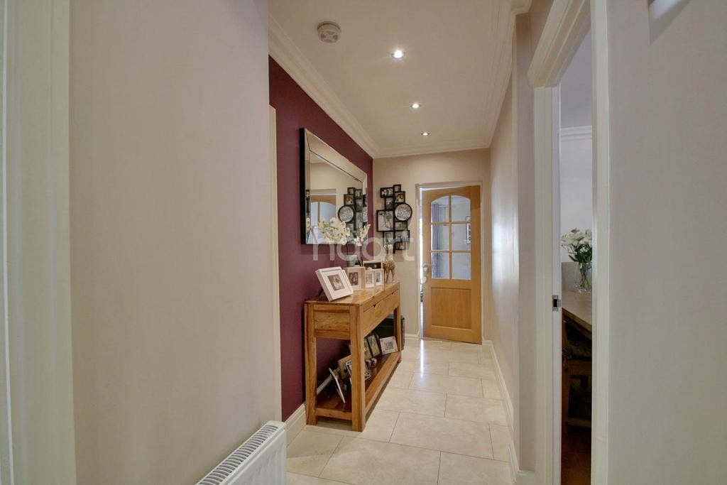 2 Bedrooms Bungalow for sale in Elmtree Road, Basildon