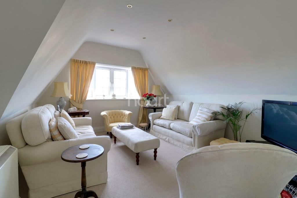 2 Bedrooms Flat for sale in Heath Road, Petersfield