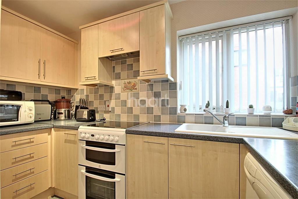 2 Bedrooms Flat for sale in Highgrove Court, Rushden