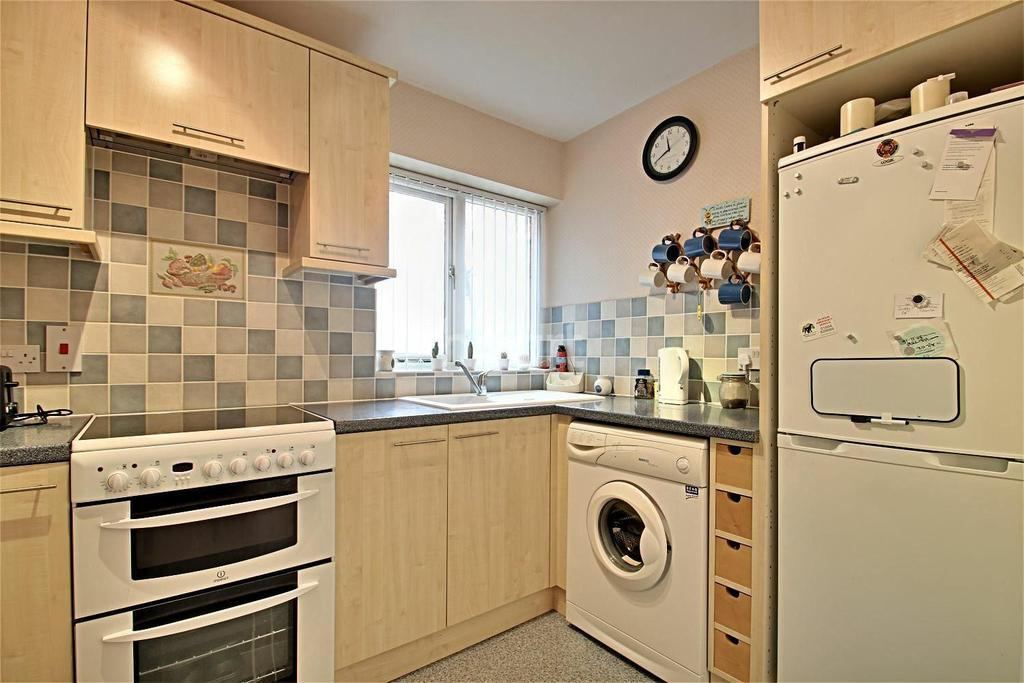 2 Bedrooms Flat for sale in Highgrove Court, Rushden