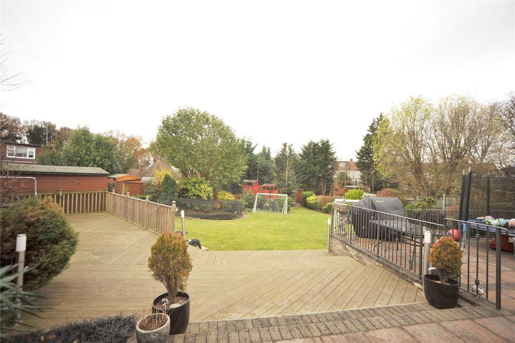 4 Bedrooms Semi Detached House for sale in Fanshawe Crescent, Hornchurch, RM11
