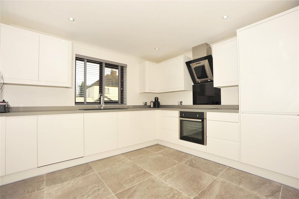 3 Bedrooms Detached House for sale in Windsor Road, Pilgrims Hatch, Brentwood, Essex, CM15