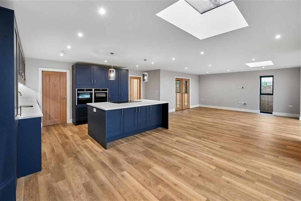 4 Bedrooms Detached House for sale in Boundstone Road, Farnham, Surrey