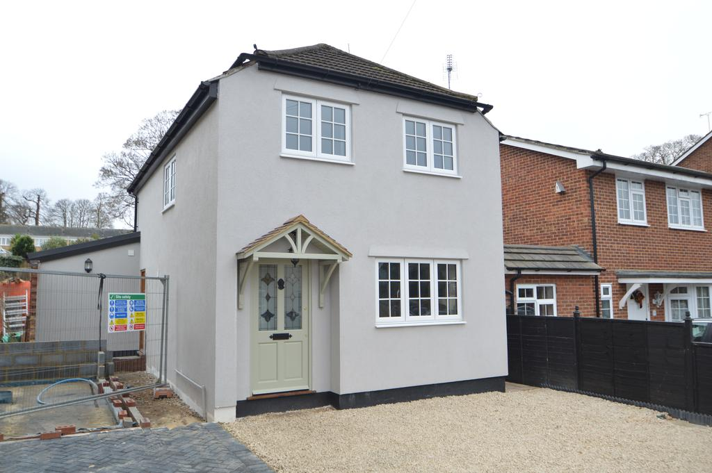4 Bedrooms Detached House for sale in Anderson Road, Weybridge KT13